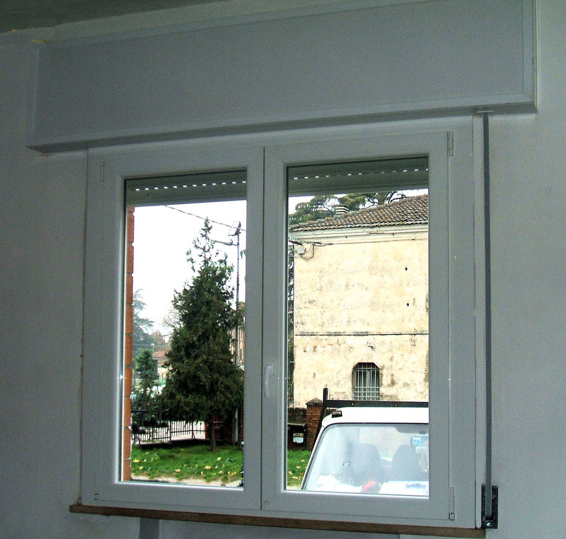 Vista Interna di Finestra in Pvc Bianco, Cassonetto Bianco e Tapparella.